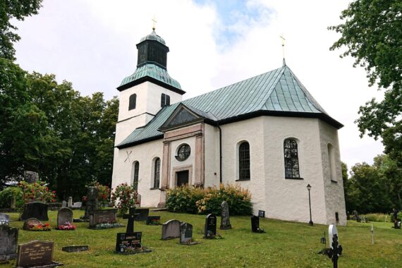 Ödeby kyrka vid Kägleholms slottsruin
