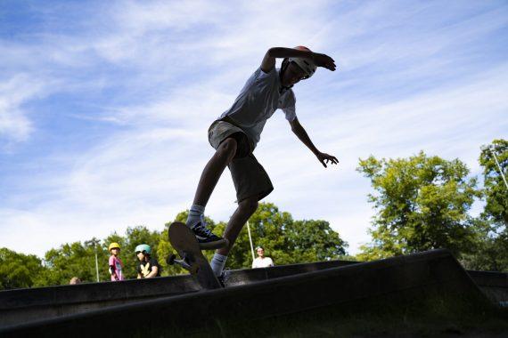 En ung kille skejtar på en ramp.