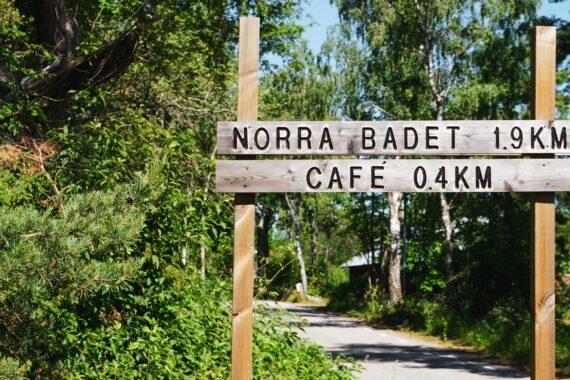 Träskylt till Norra badet på Vinön.