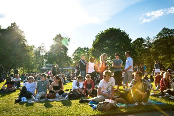 En folksamling i en park i Örebro.