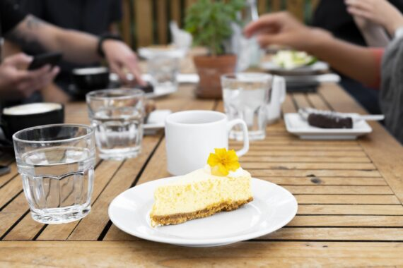 En ostkaka med gul blomma på toppen.