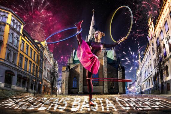 En kraftigt retuscherad bild av en cirkusprinsessa som dansar på ett torg.