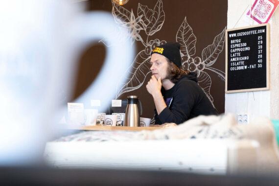 Oskar Cedermalm på CozoCoffee i sitt kafferosteri.