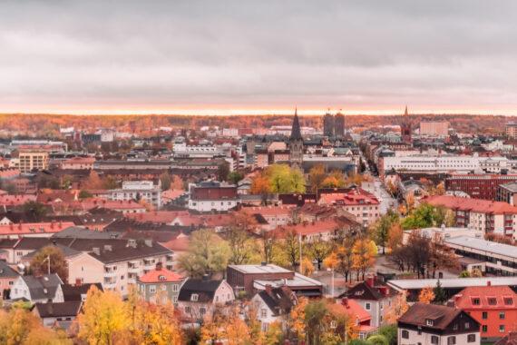Örebro i ett rosa ljus ett från ovan.