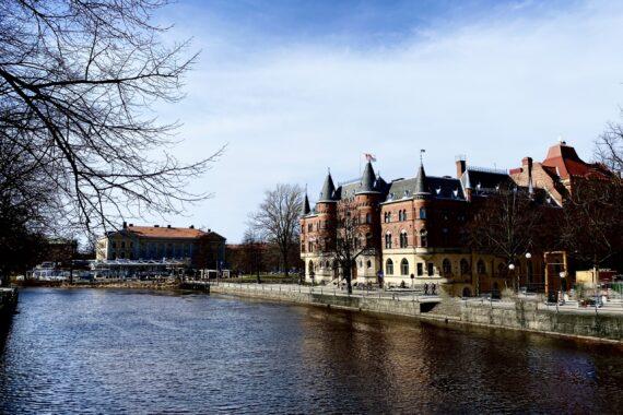 Hotell som ligger intill Svartån och iknar en borg i Örebro.