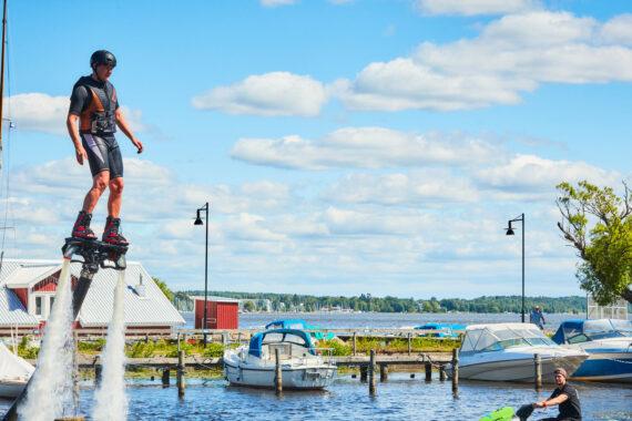 En man med hjälm går på vattenstrålar.